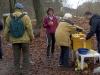 Frau Greifenhagen umsorgt alle Läufer an der Tee- und Plätzchen-Tankstelle